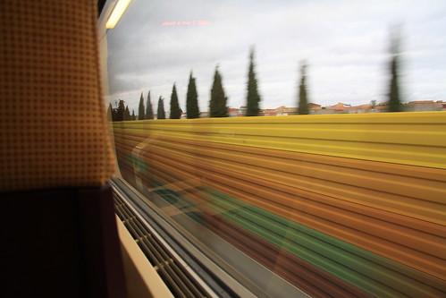 tren ave madrid sevilla saliendo de la estacion de tren de puertollano