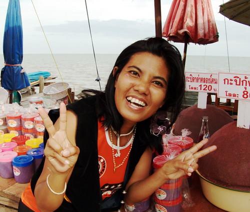 שוק מאכלי ים על החוף בסאמוט סונגקראם