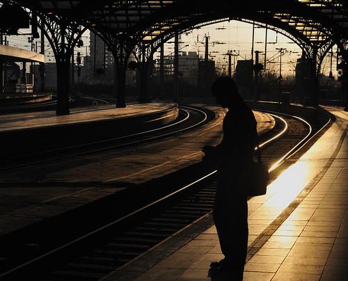 station sunrise gold cigarette central cologne railway köln hauptbahnhof smoker sonne sonnenaufgang raucher gegenlicht zigarette gleis