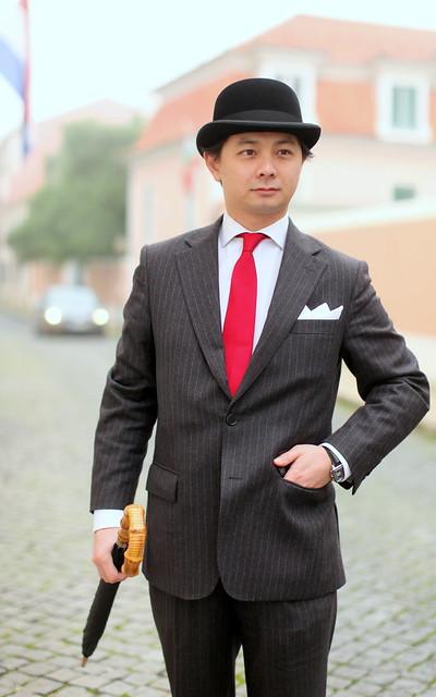 O apuro do homem clássico (fato risca de giz e chapéu de coco)
