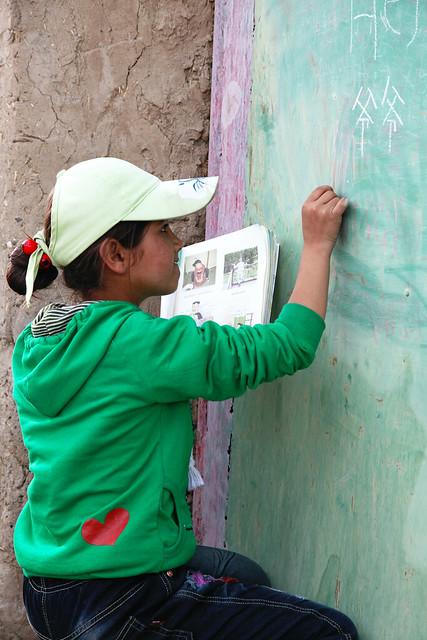タシュクルガン、中国語の勉強をする少女
