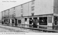 Kjøpmannsgata 69 - Borchgrevinks barberforretning ved Bakke bro (1908)