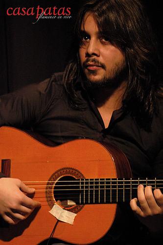 A la guitarra, Carlos Carmona. Foto: Martín Guerrero