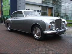 rolls-royce(0.0), rolls-royce corniche(0.0), rolls-royce phantom v(0.0), bentley s2(0.0), bentley s1(0.0), rolls-royce silver shadow(0.0), rolls-royce corniche(0.0), convertible(0.0), automobile(1.0), automotive exterior(1.0), rolls-royce phantom vi(1.0), vehicle(1.0), bentley t-series(1.0), rolls-royce silver cloud(1.0), sedan(1.0), classic car(1.0), land vehicle(1.0), luxury vehicle(1.0),