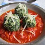Spinat-Käse-Knödel auf Tomatensoße