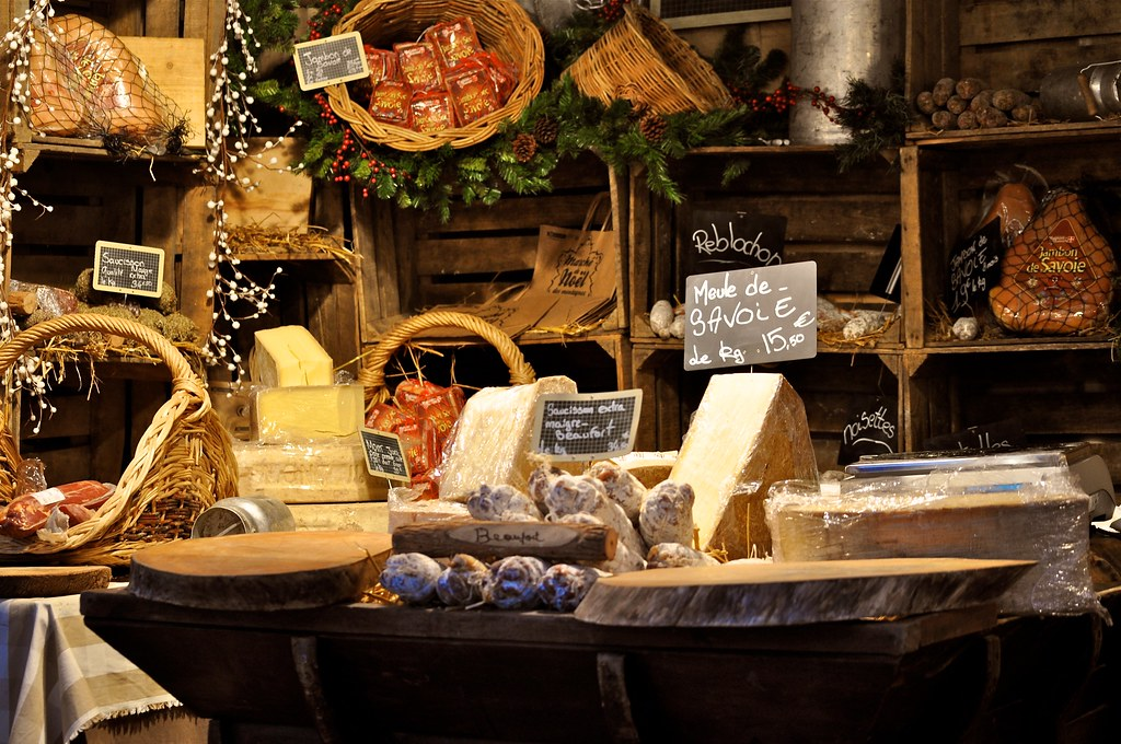 On peut acheter les produits de Savoie au marché de Noël de Grenoble ~ At the Christmas market in Grenoble we can also buy Savoie products