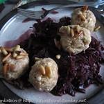 Semmel-Käse-Knödel auf Rote-Bete-Rotkraut