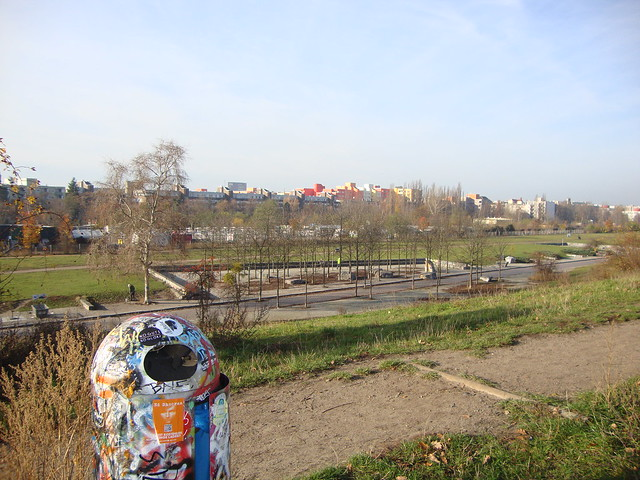 Mauerpark Berlin_graffit trash can overlooking park