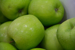 plant(0.0), key lime(0.0), liqueur(0.0), sweet lemon(0.0), green(1.0), produce(1.0), fruit(1.0), food(1.0), granny smith(1.0), apple(1.0),