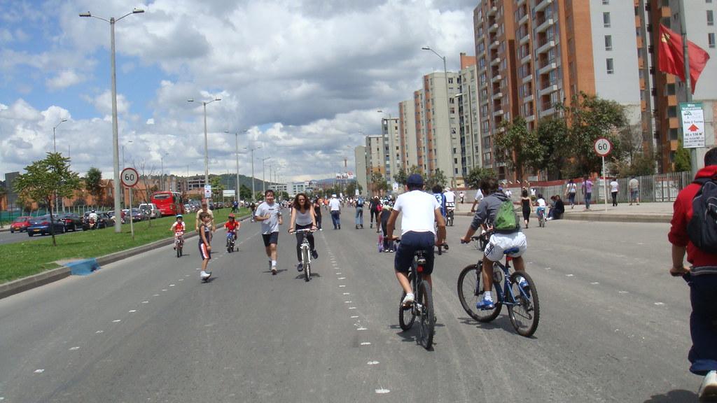 colombianos. ciclovía de domingo en Colombia