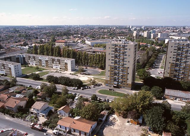 Quartier y farges b gles vue du ciel by ville de for Piscine de begles