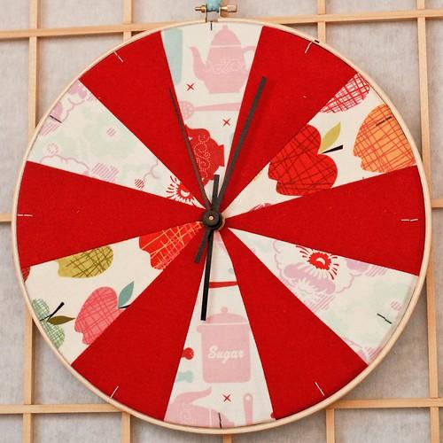 A² w embroidery hoop clock tutorial