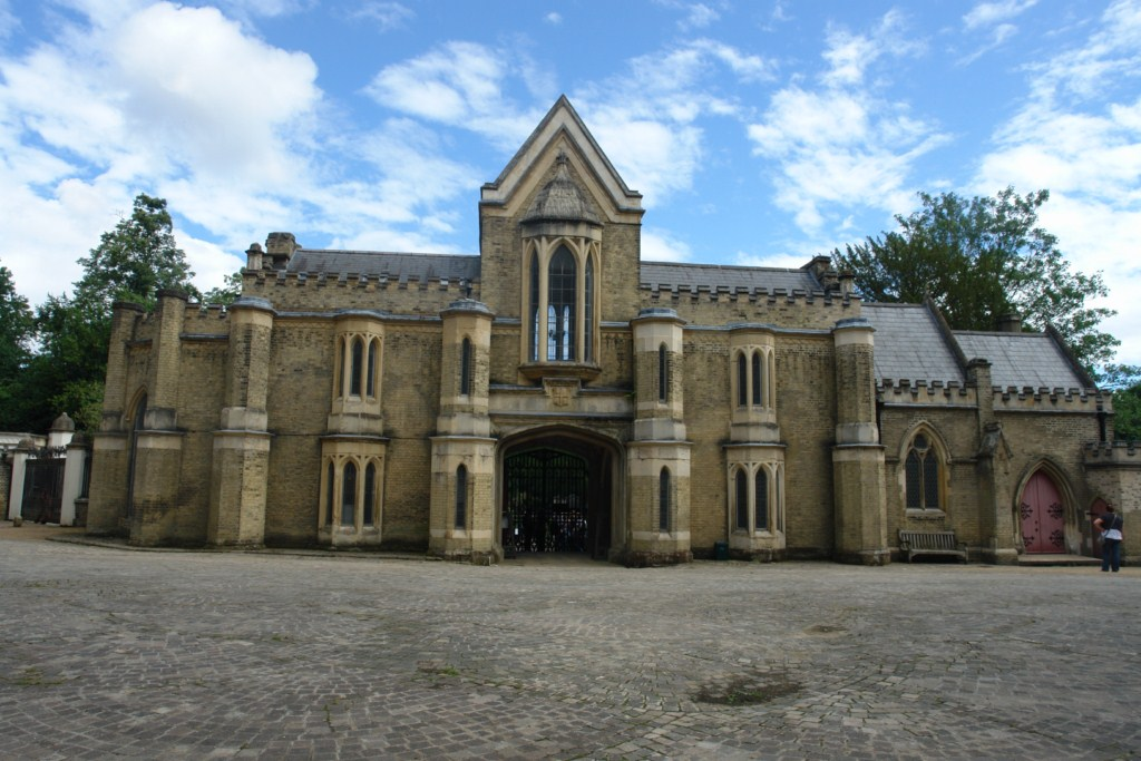Entrada al cementerio Oeste highgate cemetery - 5517146859 d04dc61e6c o - Highgate Cemetery de Londres, donde a la muerte se le llama arte