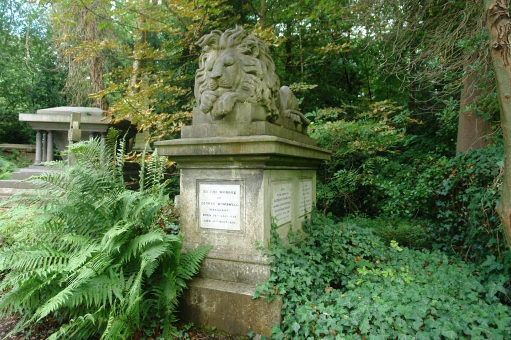 La tumba de George Wombwell es fascinante, .. el león encima tiene relación con su fiel amigo León, que trajo en uno de sus muchos viajes exóticos por África. Él fue un pionero en la creación de zoológicos. highgate cemetery - 5517746756 bc26008cb6 o - Highgate Cemetery de Londres, donde a la muerte se le llama arte
