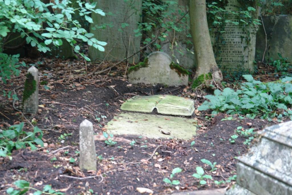 Pequeña y pobre lápida en el suelo pero con un libro repleto de poemas tallados highgate cemetery - 5517156779 88cf284064 o - Highgate Cemetery de Londres, donde a la muerte se le llama arte