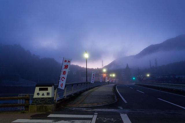 朝来橋から見た夜明けの立雲峡方面