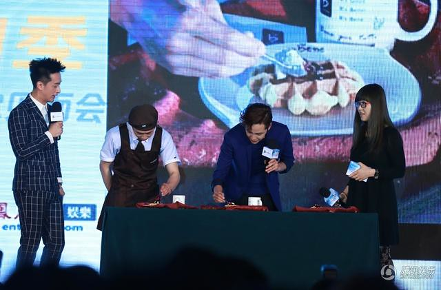 [article] JKS showed his cuteness, his love of eating, gave fans short floral pants on stage 14033901175_26922cd59e_z