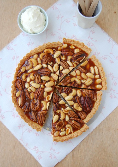 Caramel nut tart with brandy cream / Torta de caramelo e nuts com ...
