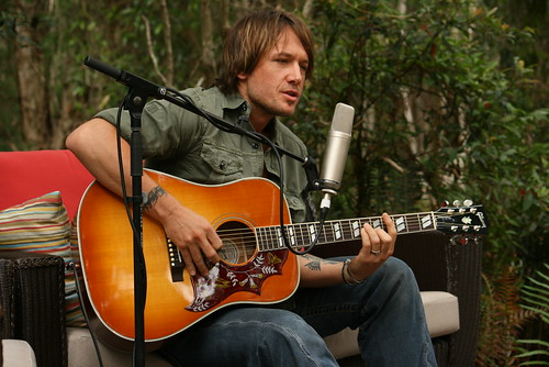 Keith Urban Performs Acoustically