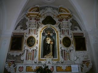 Matera, Basilicate, Italie: Saint Pierre de Vérone sourit malgré une hache plantée dans sa tête (statue attribuée à Stefano da Putignano, église San Domenico)