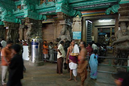 Es stehen Besucher Schlange um in den Tempel zu gehen.  Er ist abgesperrt und man muß eine Schlange machen.