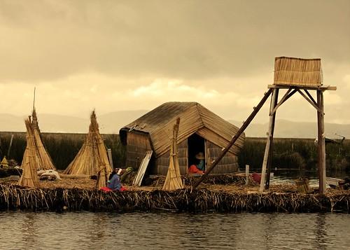 lake uros titicaca water lago islands landscapes perù huts acqua paesaggi puno isole popolazione capanne mat56 isolegalleggianti giunchifloatingislands rushesindigeni