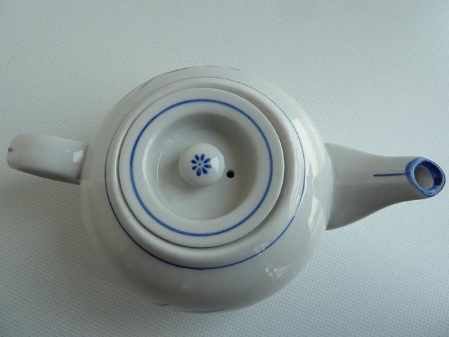 tetera china. desde arriba vemos una florecilla azul - teapot