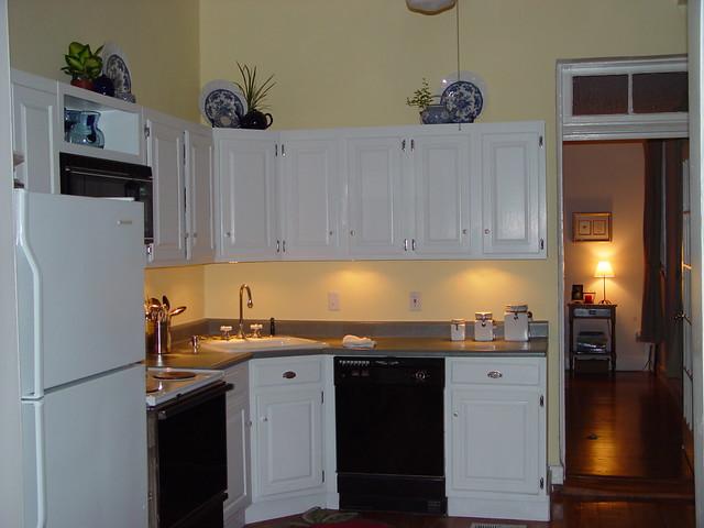 Inexpensive kitchen makeover 30 under cabinet lighting for Inexpensive kitchen cabinet makeovers