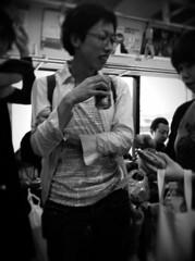 電車の中で酒を飲むダメなオトナ