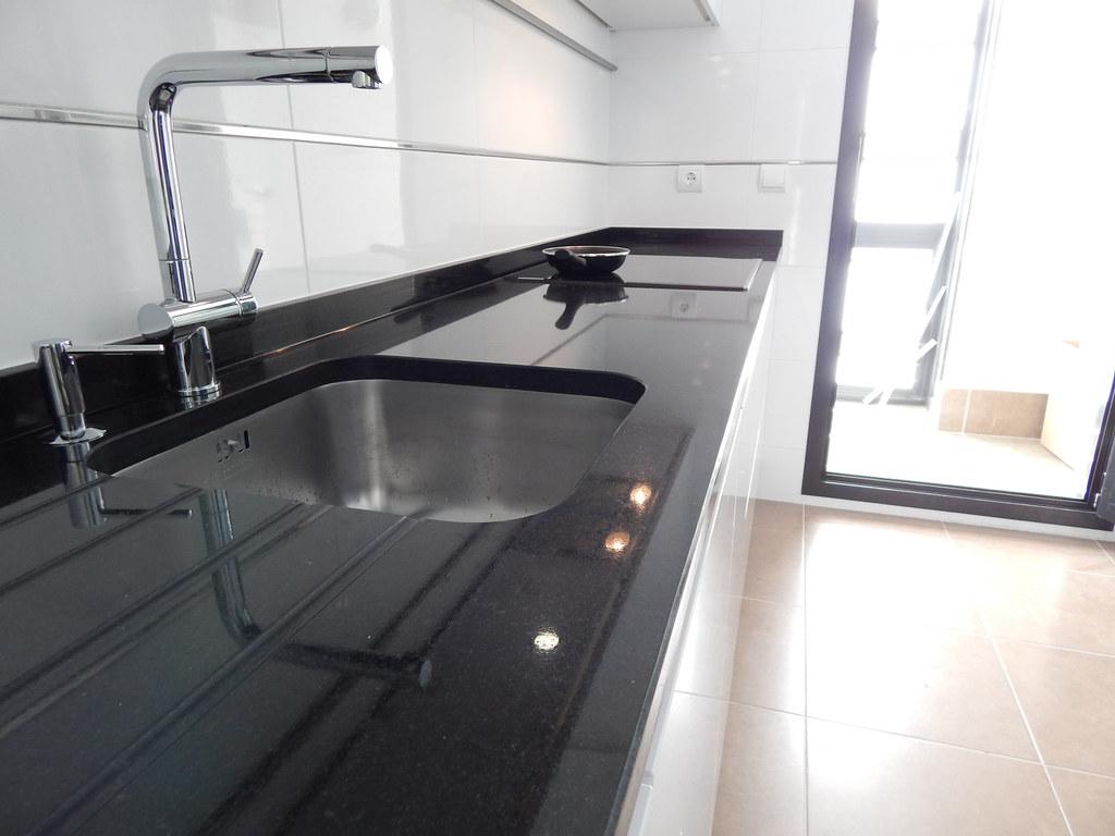 Muebles de cocina especialistas en dise o sin tiradores - Granito negro intenso ...