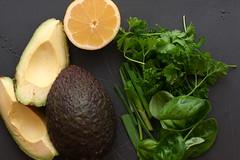 シンプルにアボカドにレモン汁をかける