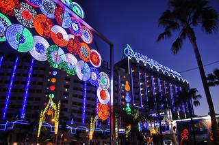 Avenida principal de Marina D'or iluminada por las noches Marina D'or, ciudad de vacaciones para niños y adultos - 14210508813 4d91e6cbf8 n - Marina D'or, ciudad de vacaciones para niños y adultos