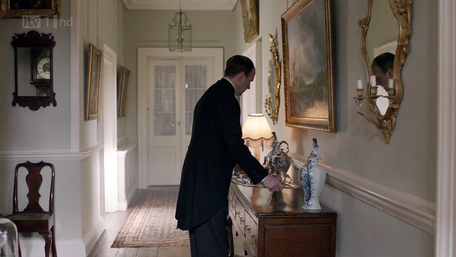 DowntonAbbeyS02E01_Crawelyhouse_hallway