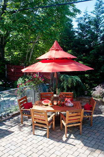 Fabulous When I spotted this spice colored pagoda umbrella I stopped dead in my tracks because it was just perfect for the patio and Japanese inspired garden we