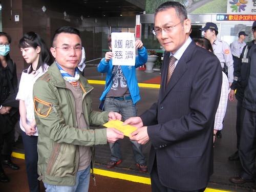 市府派出市長辦公室秘書處陳慶安接受內湖保護區守護聯盟陳情。洪郁婷攝影。