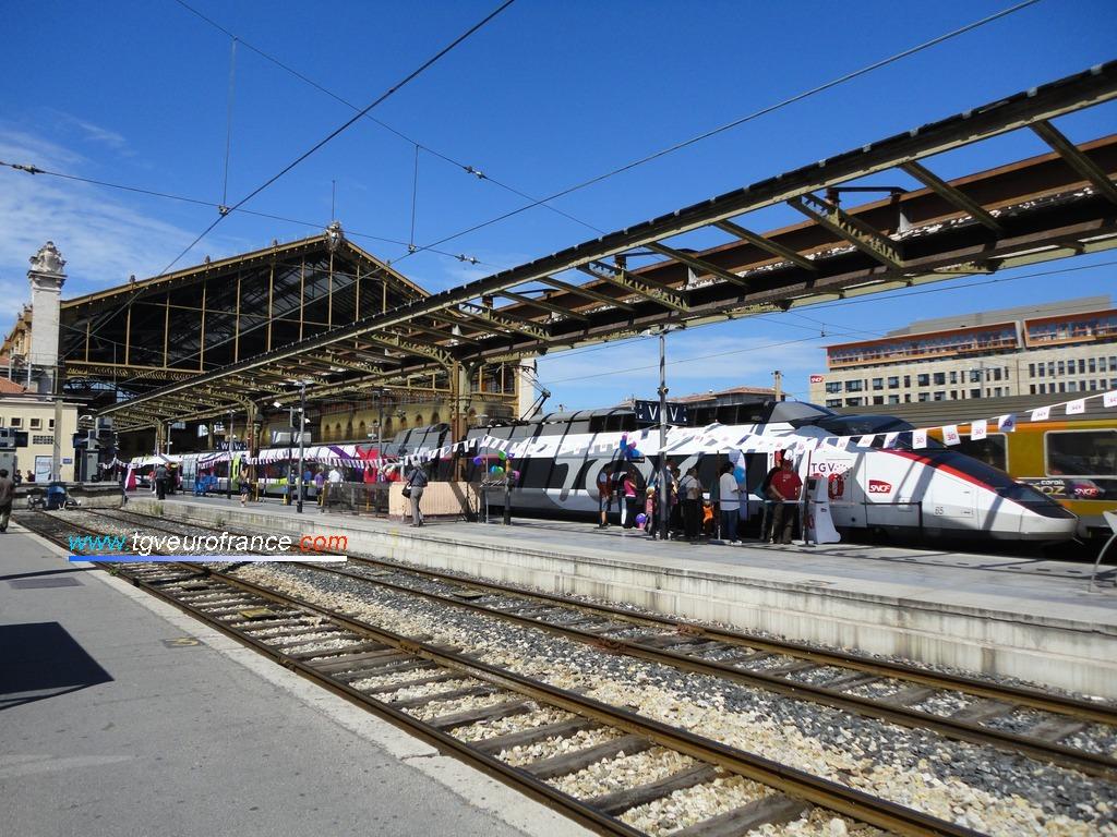 Vue d'ensemble de la gare Saint-Charles accueillant la rame TGV Expérience