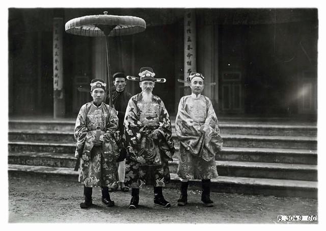Hue 1927 - Hauts mandarins en grand costume de cérémonie