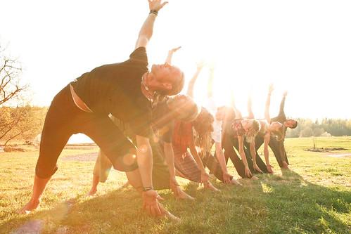 Yoga på gräsmattan