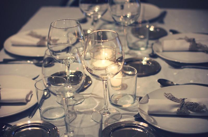 Cena sentada con amigos