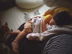 【お昼寝】お父さんの足で寝ました (2012/5/13)