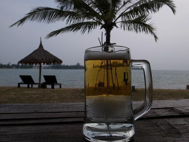 <p>e)ビールグラスの下には氷!だんだんこの氷が溶け出します!</p>