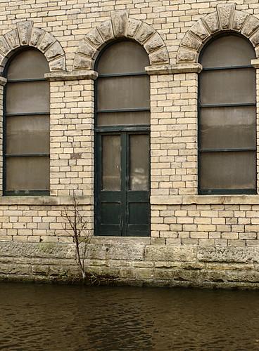 Canal side hoist