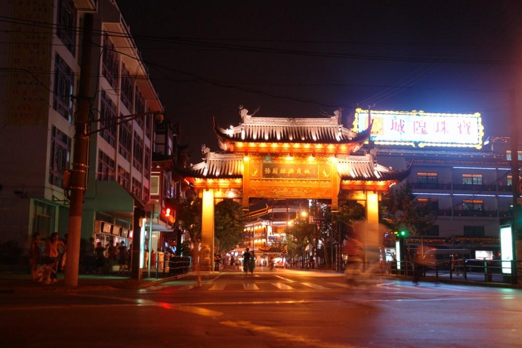 Una de las entradas a la ciudad vieja de Shanghai adornan la entrada al histórico sitio