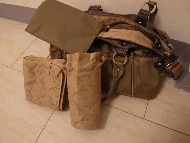 Storksak Olivia Moss 金棕奧莉薇包,內部的配件有一個小物拉鍊包、保冷束口袋、簡易的尿布墊