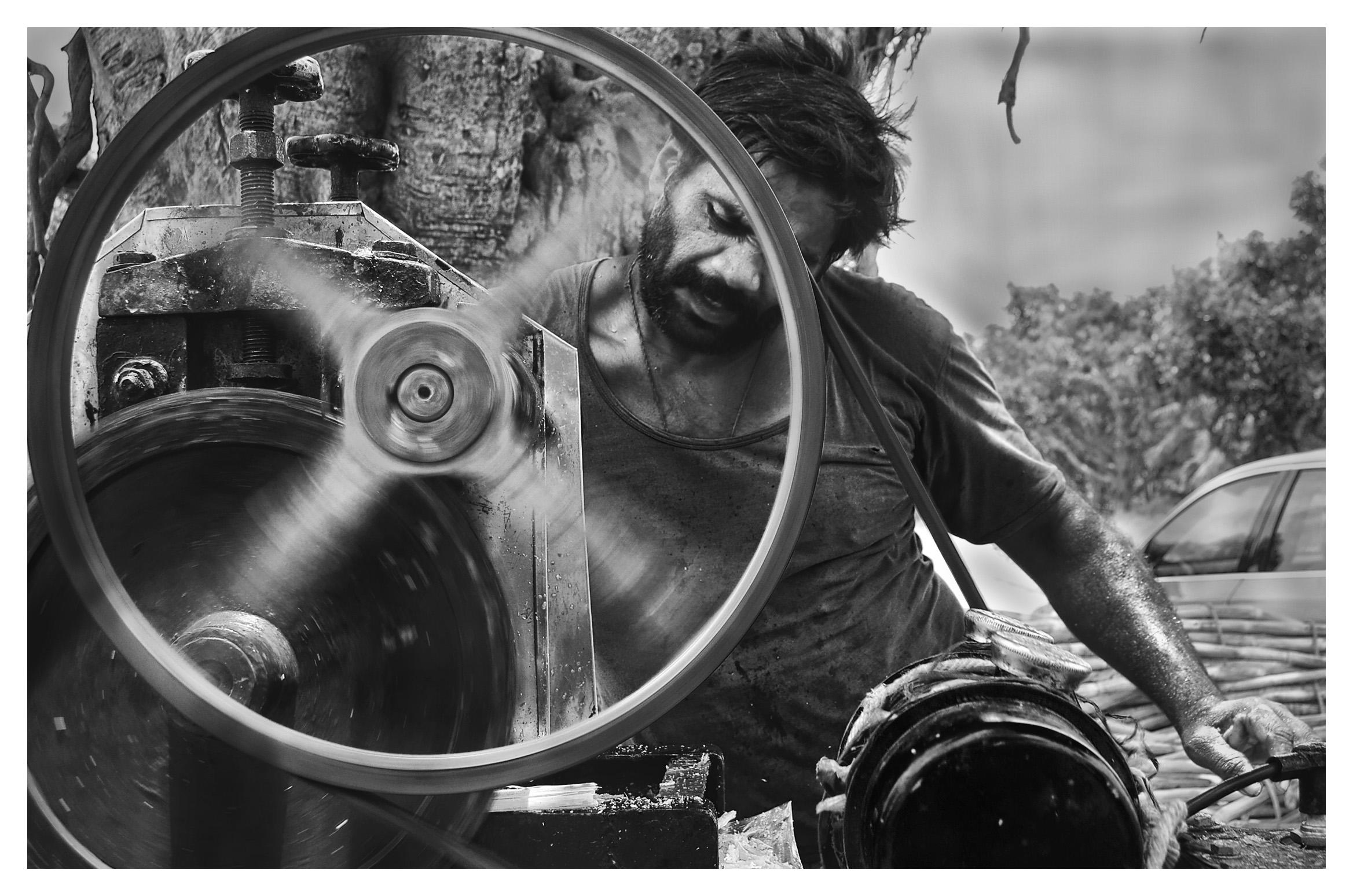 Chakra Varthy : Portrait of juice seller - Mayank Pandey amateur photographer from Mumbai India online photo exhibition street [hotography black and white Маянк Пандей фотограф любитель из Мумбай Индия онлайн фотовыставка стрит фотография черно белый