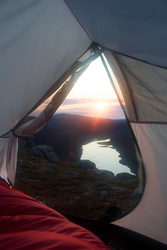 sunrise loch cairngorms wildcamp lochavon viewfromthetent
