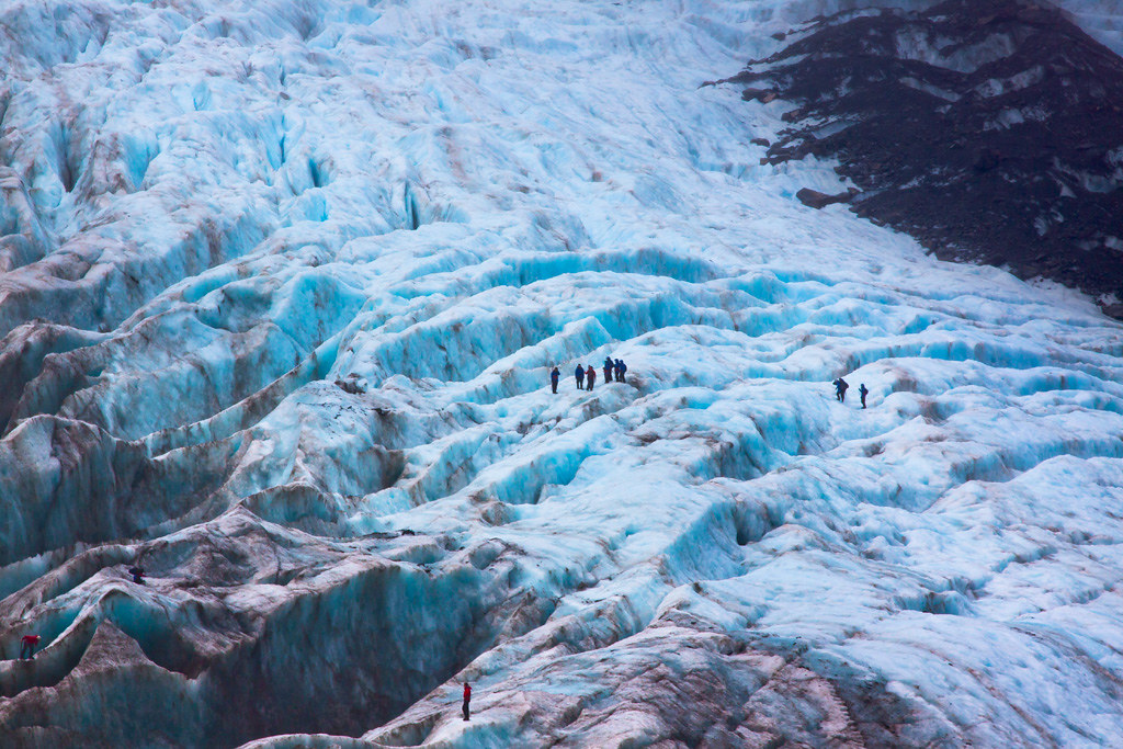 フランツジョセフ氷河を探検する人々を上空から眺めた風景