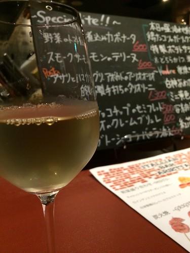 白ワインとメニューボード@アリエッタ