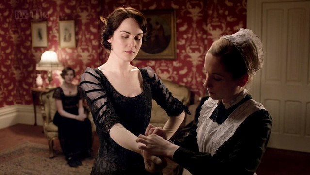 DowntonAbbeyS02E01_Maryblackgown_gloves