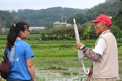 石虎研究學者陳美汀與村中耆老話家常。